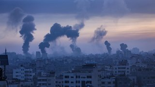Proche-Orient: pluie de roquettes sur Tel-Aviv, frappes musclées d'Israël sur Gaza