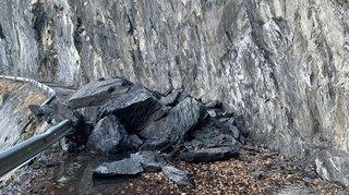 Route de Derborence: conduite d'eau écrasée par des rochers