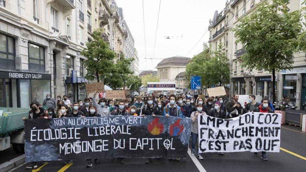 Manifestation à Lausanne le 21 mai 2021 lors de la Grève pour l'Avenir. Si les grévistes de toute la Suisse jugent la loi sur le C02 insuffisante,  ils ne s'entendent pas sur les conséquences d'un éventuel refus.