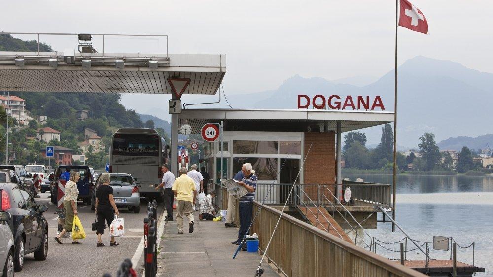 La douane de Ponte Tresa permet aux Suisses d'aller faire leurs emplettes et se restaurer dans une région  où les commerces dépendent à 80% de cette clientèle.