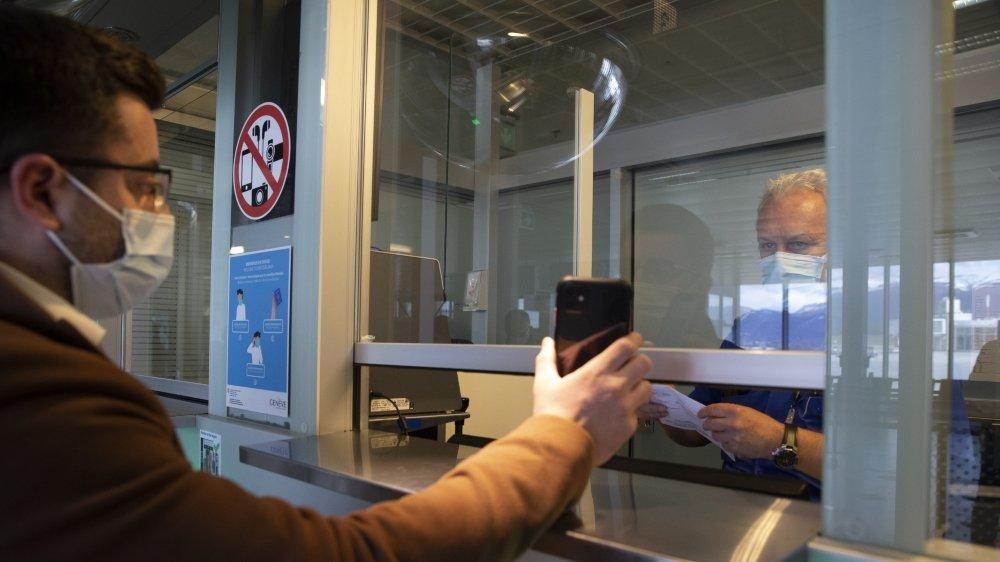 60 000 personnes en Suisse, guéries depuis moins de six mois, n'auront cependant pas droit au certificat Covid-19 eurocompatible car elles ont été diagnostiquées via un test rapide, non reconnu par l'UE.