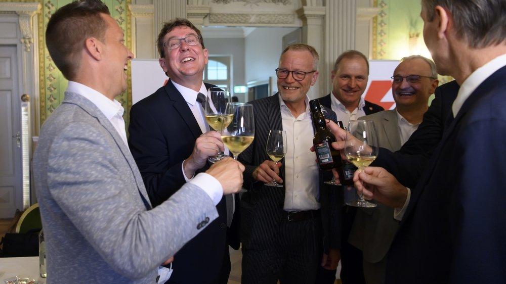 Les conseillers nationaux Christian Imark (udc, so), Albert Rœsti (udc, BE), l'ancien sénateur Hans Egloff (udc, ZH), le conseiller national  Pierre-Andre Page (udc, FR), Patrick Eperon, le oordinateur romand de la campagne du non, Thomas Hurter (udc, SH) et Daniel Hofer, président d'Avenergy Suisse, célèbrent leur victoire.