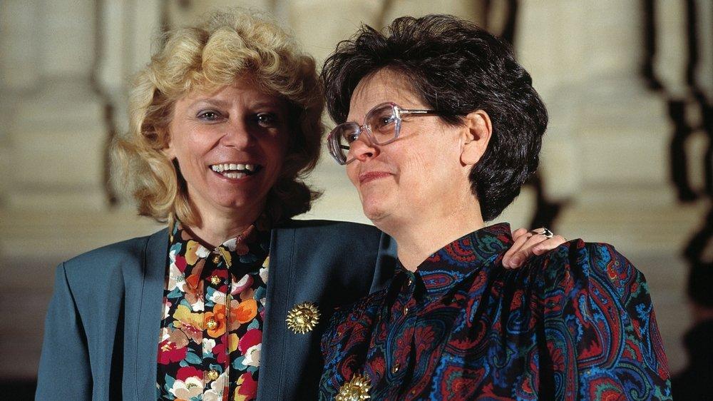 La conseillère nationale Christiane Brunner, à gauche, et la conseillère fédérale Ruth Dreifuss posent pour un portrait devant les trois Confédérés au Palais fédéral à Berne en 1993.