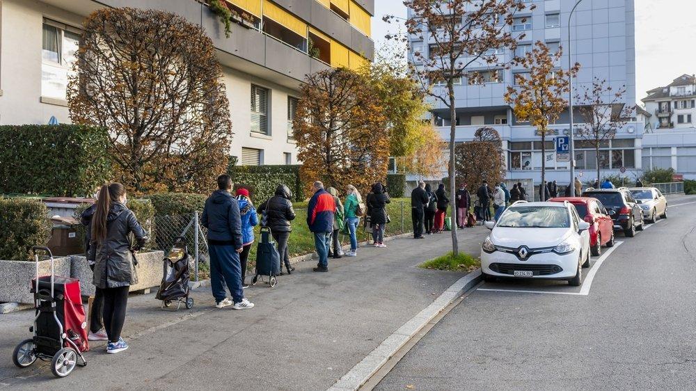 Des personnes dans le besoin attendent la distribution des sacs alimentaires le dimanche 15 novembre 2020 à Lausanne.