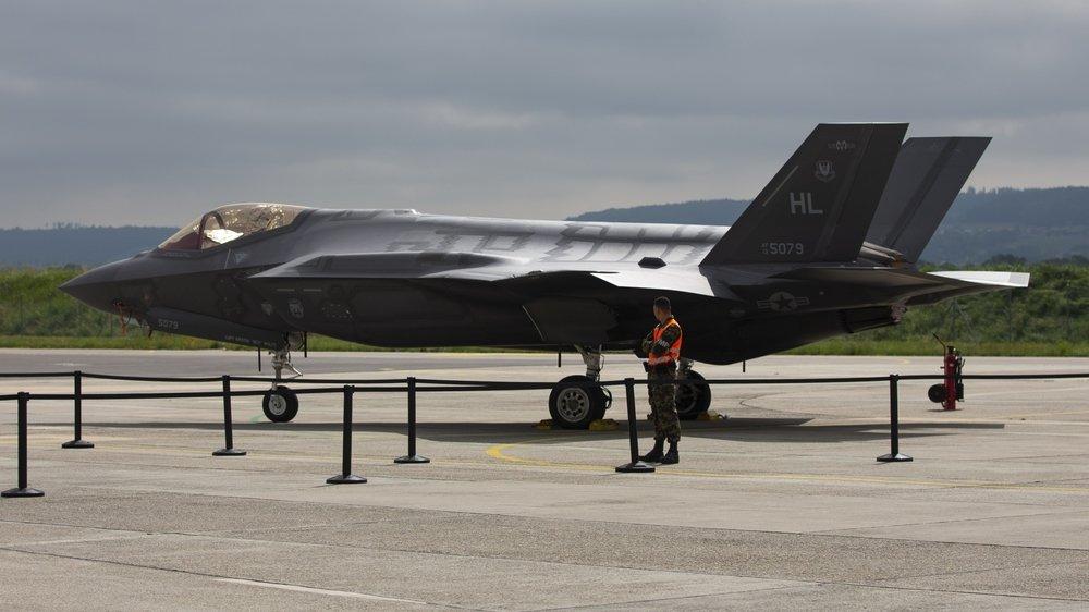La pression monte alors que la décision stratégique du choix d'un avion pour le pays se rapproche. De nombreuses interrogations visent notamment le F-35 du constructeur Lockheed Martin.