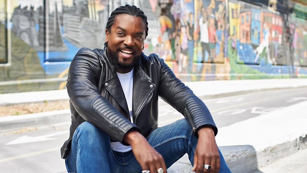 Anthony Kavanagh, en musique comme en humour, l'artiste veut diffuser de la joie autour de lui.