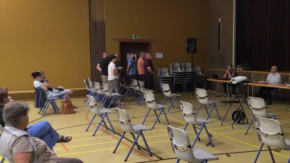 Si les premiers rangs sont clairsemés, plus de cent personnes ont entendu les plaintes des employés communaux contre Eric Voutaz (assis à droite, en chemise blanche).