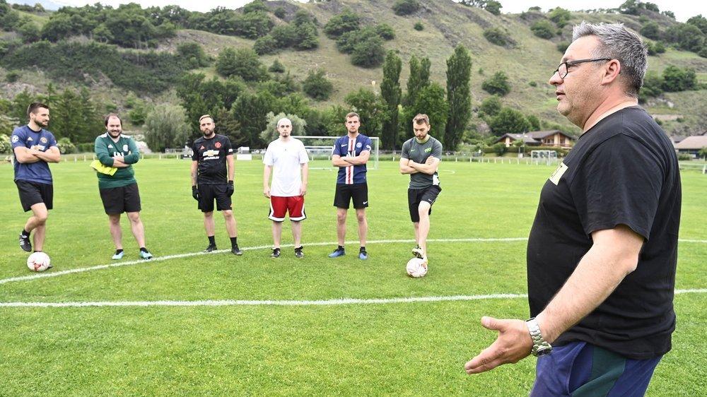 Julian Charbonnet donne ses consignes aux joueurs du FC Aproz, avant leur premier entraînement sans restriction depuis des mois.