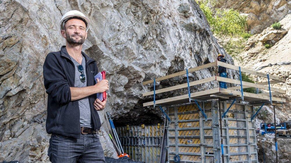 Alain Romailler est ingénieur et codirecteur du bureau d'études Impact SA, responsable du suivi environnemental du chantier. Il se tient devant l'un des tunnels en béton coffré qui va permettre aux chauves-souris d'accéder aux galeries malgré le remblai indispensable à la route entre Granges et Lens.