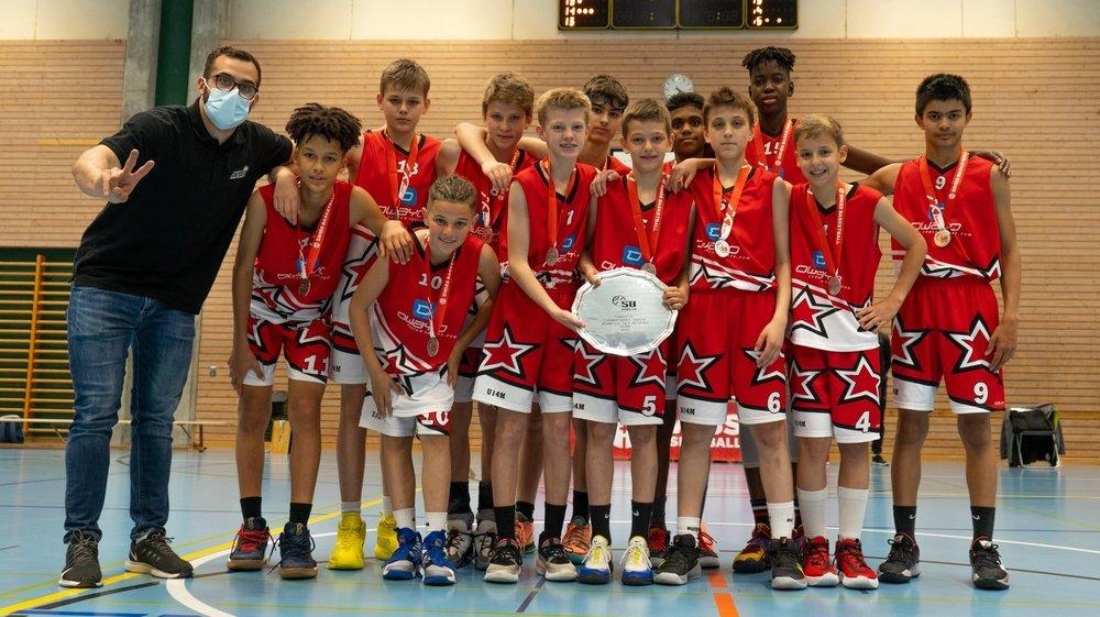 Les U13 valaisans posent fièrement avec leur médaille de vice-champions de Suisse.