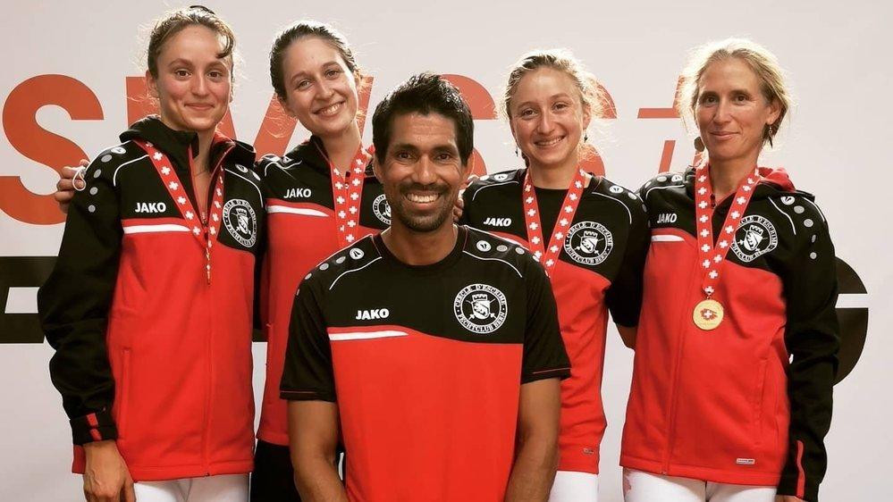 Silvio Fernandez, l'entraîneur du FC Berne (devant), Angeline Favre, Ana Mesic, Aurore Favre et Eléonore Albrecht-Favre ont battu Zurich en finale.
