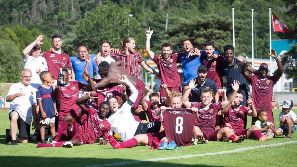 Les joueurs du Martigny-Sports célèbrent leur maintien en première ligue.