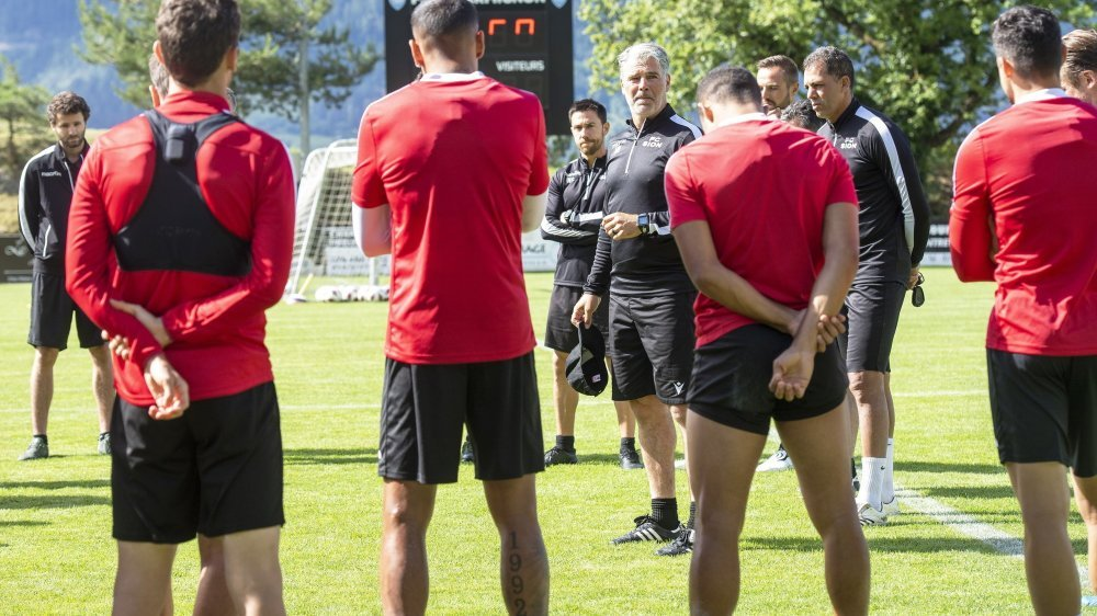 Les joueurs du FC Sion écoutent les consignes de leur entraîneur Marco Walker.