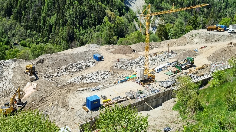 La construction du nouveau terrain de foot d'Anniviers bat son plein.