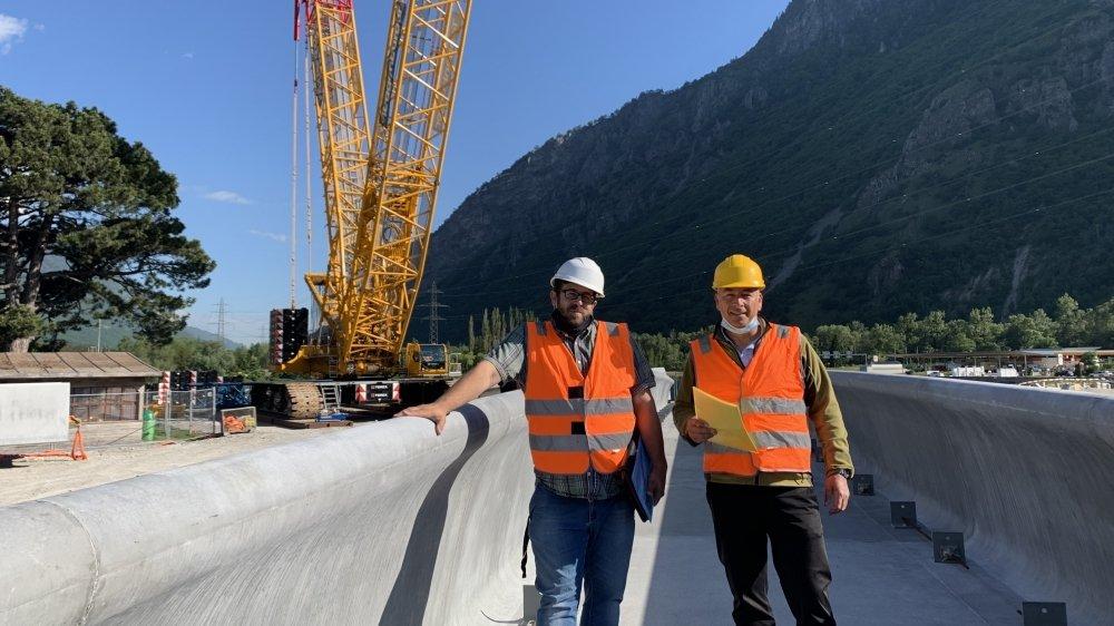 Le chef de l'arrondissement du Bas-Valais Sébastien Lonfat (à droite) et l'ingénieur Gianluca Gatti sur la nouvelle passerelle du Rosel qui sera bientôt mise en place.