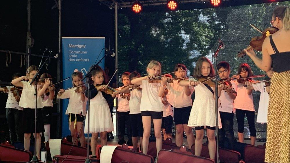 """La cérémonie de remise du label de l'Unicef """"Commune amie des enfants"""" à Martigny a été animée par des jeunes de la ville, à l'exemple de cette classe de violon."""
