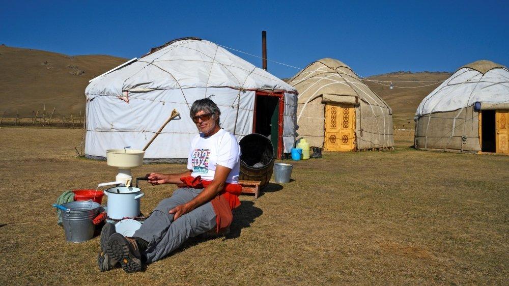 Durant quatre ans, François Perraudin découvre le Kirghizistan et ses vastes vallées. Il se tient ici devant une yourte, l'habitat des nomades.
