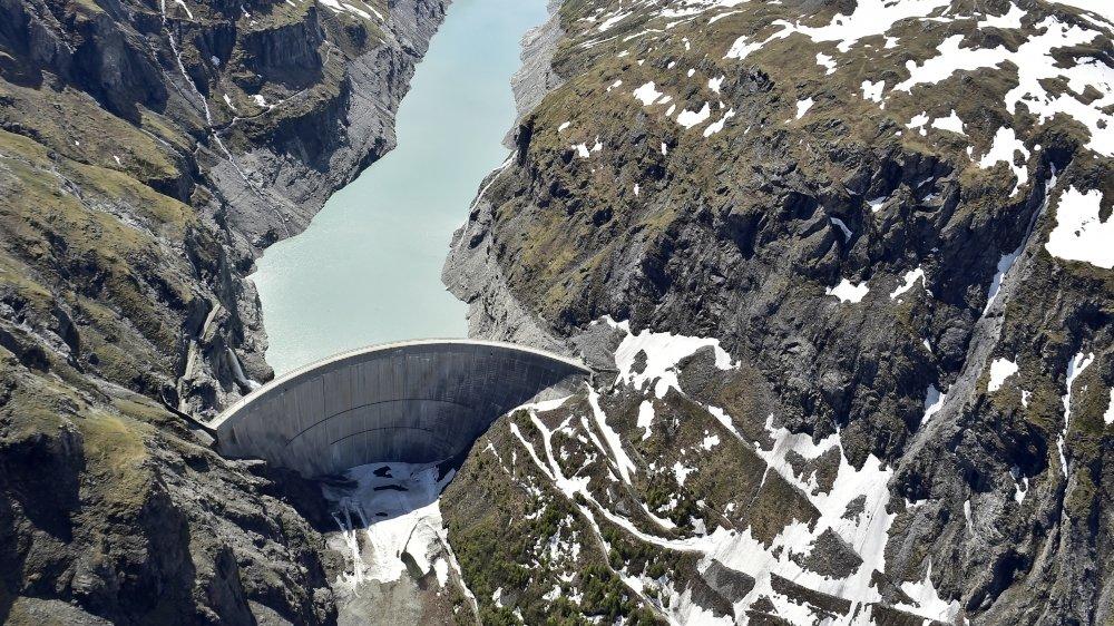 Le barrage de Mauvoisin a été achevé en 1958 et rehaussé en 1989.