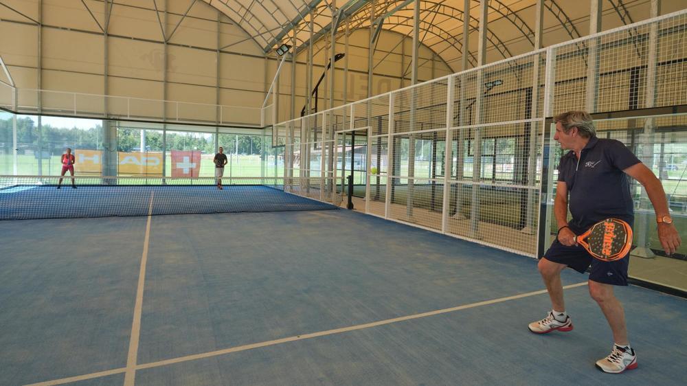 Un court de tennis dans une cage: le padel gagne en notoriété, comme ici à Aigle.