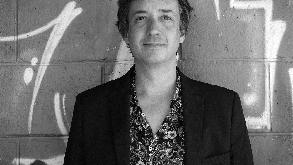 Julien Pouget, compositeur, arrangeur, musicien, chanteur, qui met enfin son talent à son propre service.