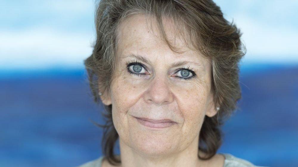 """Isabelle Darbellay Métrailler, une amoureuse du bleu dans un monde de violet. """"Notre rôle au Bureau de l'égalité est complémentaire à celui de la Grève des femmes."""""""