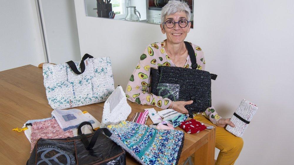 Annick Becerra Monnier fabrique des sacs de différentes tailles mais aussi des objets utiles au quotidien en plastique et tissus de récupération.