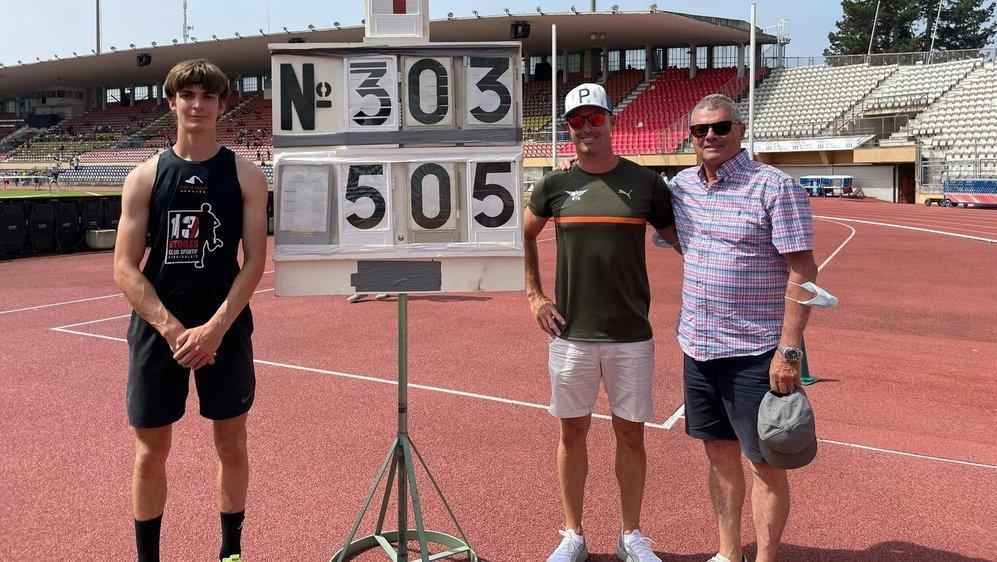 Valentin Imsand pose à côté du panneau souvenir et de ses entraîneurs, Boris et Conrad Zengaffinen.