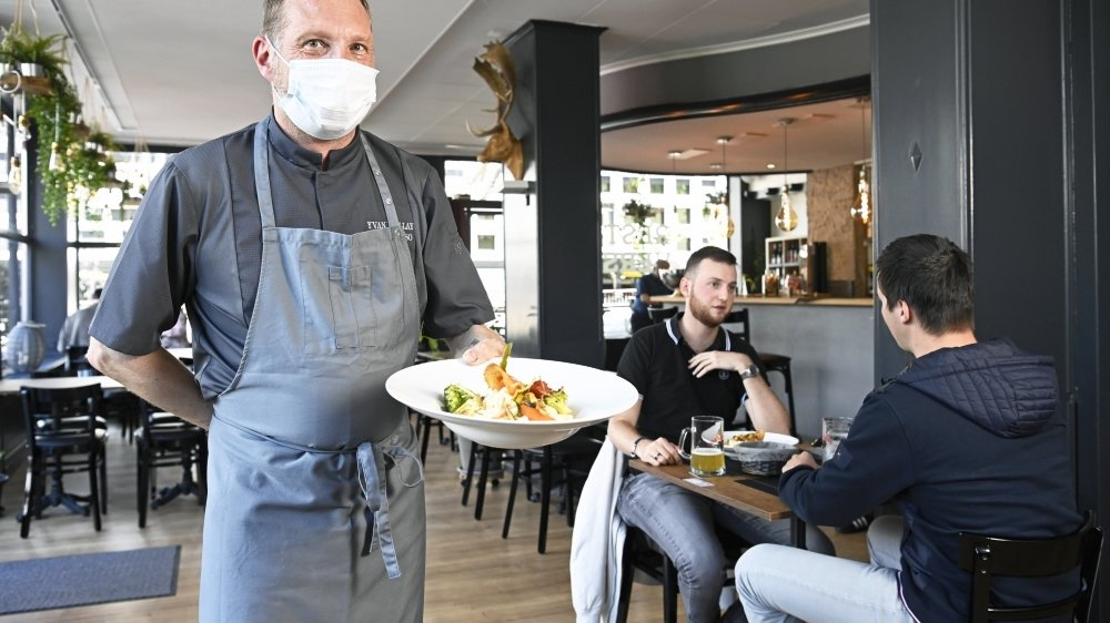 Dès aujourd'hui, les restaurateurs n'auront plus à subir les affres de la météo en pouvant de nouveau accueillir des clients à l'intérieur, comme ici au Resto-Verso à Sion.