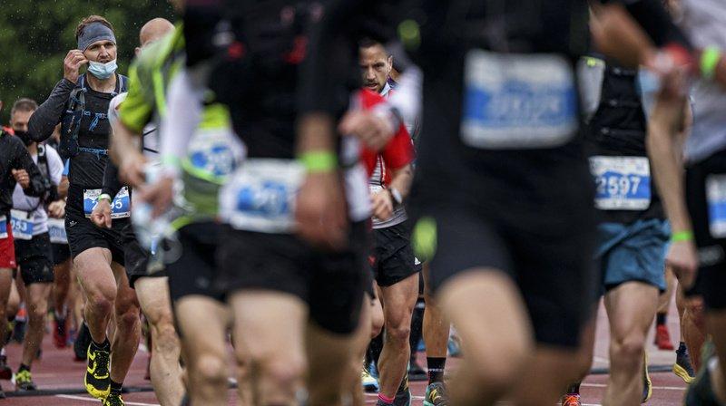 Au départ, tous les coureurs sont masqués et après 300 mètres, ils peuvent ôter la protection faciale.