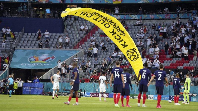 """Au coeur de l'Euro: l'ULM de Greenpeace voulait seulement """"survoler"""" le stade"""