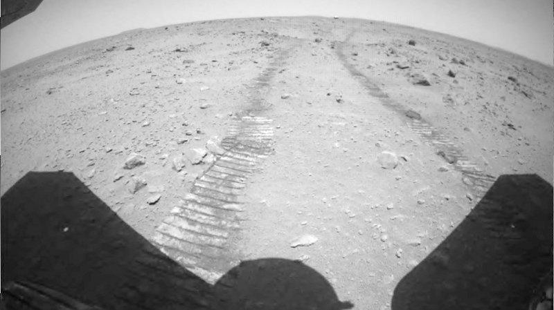 Les photos et vidéos montrent notamment l'ouverture du parachute de la sonde chinoise lors de son atterrissage le 15 mai sur Mars.