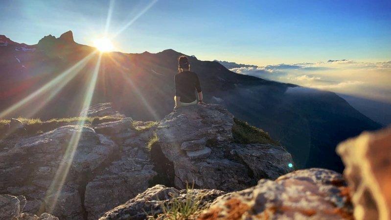 Crans-Montana propose aux lève-tôt une sortie pour admirer le lever du soleil au Petit Mont Bonvin.