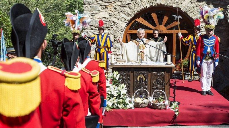 Comme ici à Chandolin l'an dernier, la messe sera célébrée en comité restreint et à l'extérieur, devant la chapelle d'Ormône.