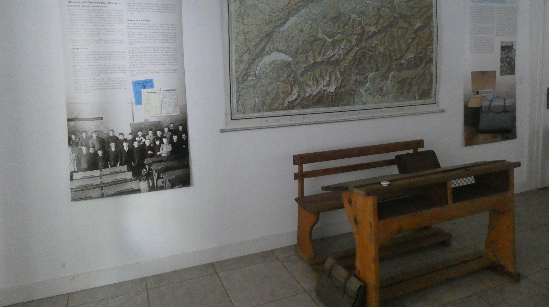 Documents et panneaux enrichissent la visite ainsi que des objets d'époque, comme ce vieux banc d'école.