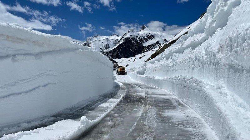 Les quantités de neige entourant la route menant au col du Grand-Saint-Bernard restent impressionnantes.