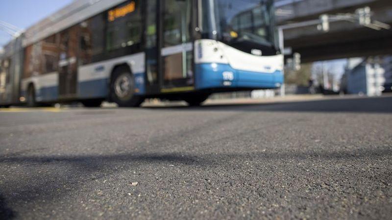 Depuis octobre 2020, de l'asphalte en caoutchouc est posé à titre d'essai à une intersection très fréquentée de Zurich.
