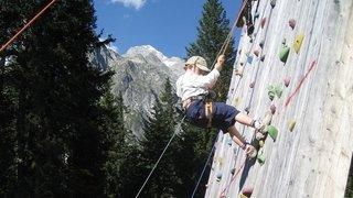 Escalade sur mur de grimpe extérieur