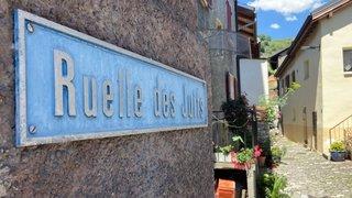 La plaquette de la ruelle des Juifs de Saint-Léonard arrachée, des néonazis valaisans soupçonnés