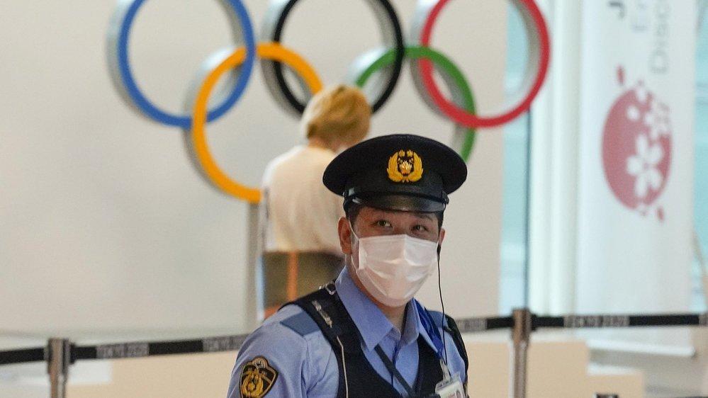 Le COVID et les contrôles de sécurité sanitaires, comme ici sur l'un des aéroports de Tokyo, font davantage l'actualité que la dimension sportive des Jeux pour l'instant.