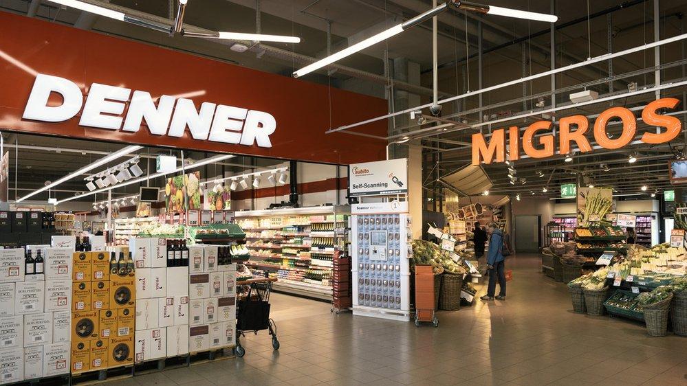 Denner, racheté en 2007 par Migros, vend de l'alcool et du tabac dans ses rayons.