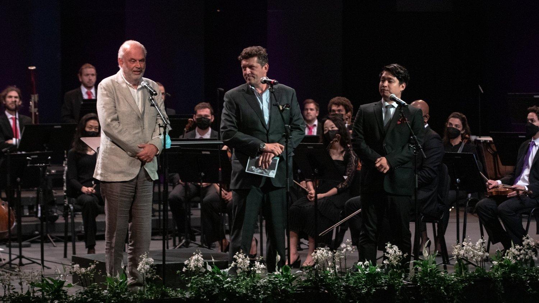 Le directeur du Verbier Festival Martin Engstroem (à gauche sur la photo) lors de la remise des prix de la Verbier Festival Academy 2021.