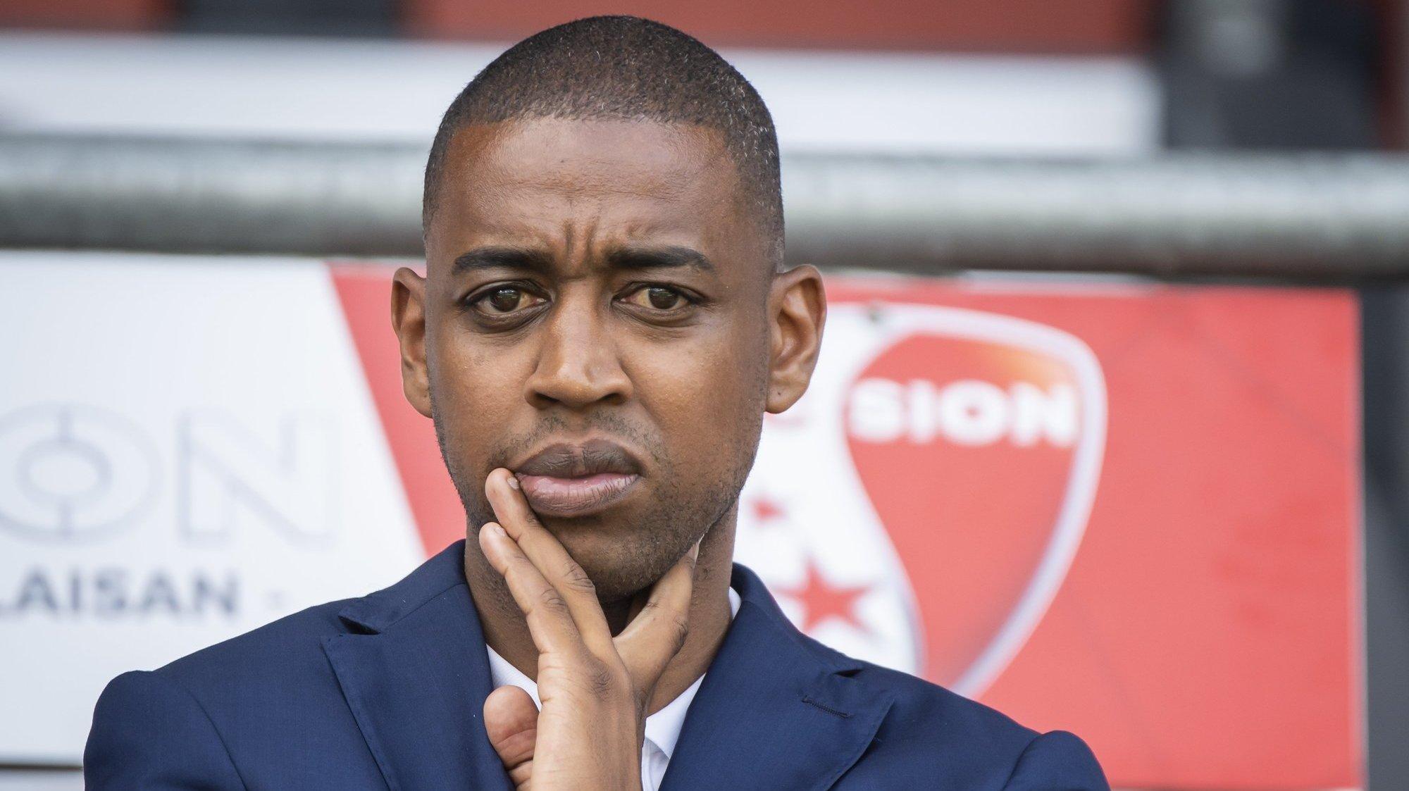 Gelson Fernandes suit avec attention l'échauffement des joueurs du FC Sion lors du premier match de la saison contre le Servette FC.