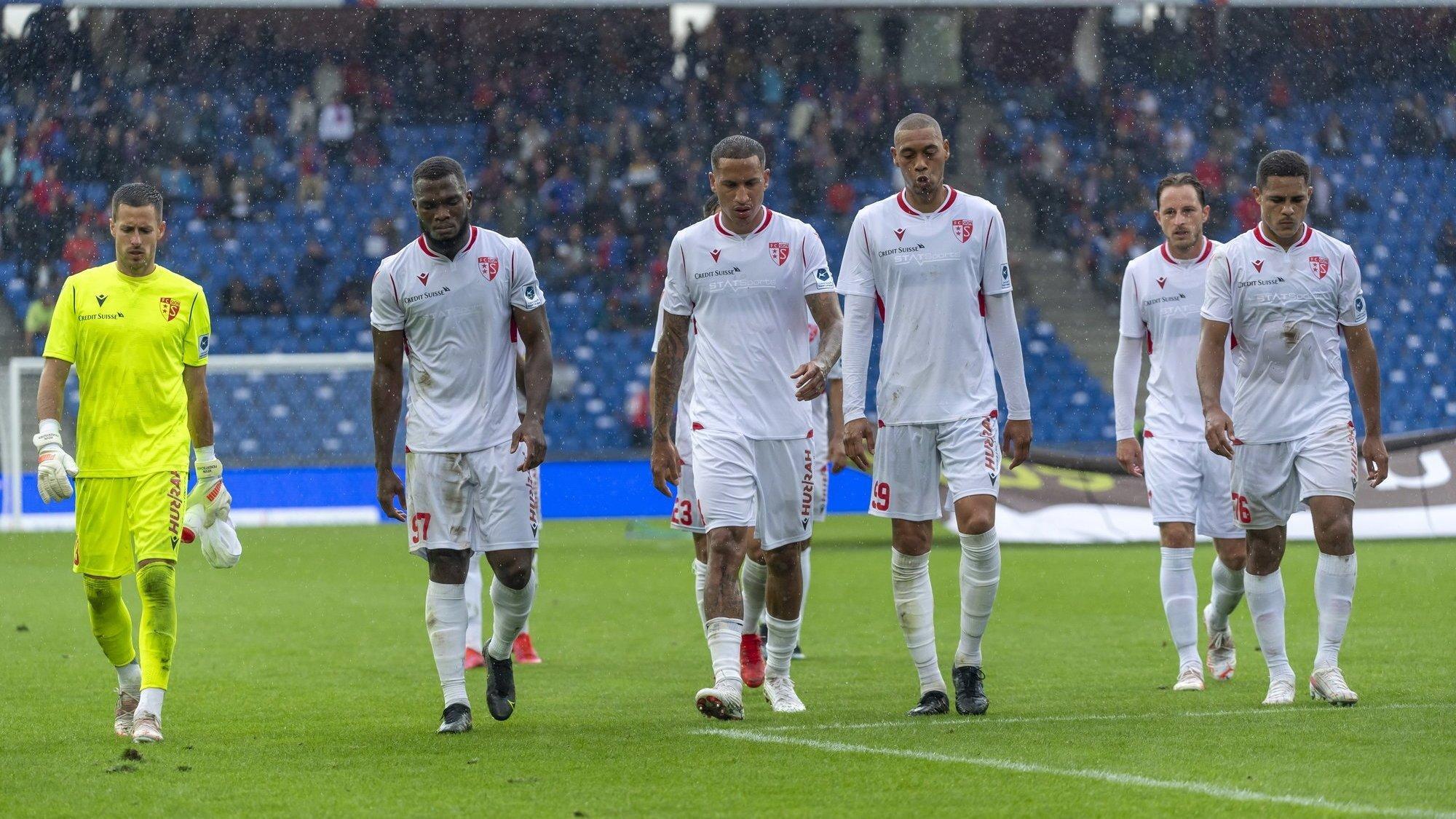 Les joueurs du FC Sion quittent le terrain après la première mi-temps alors que le onze valaisan est déjà mené 0-5.
