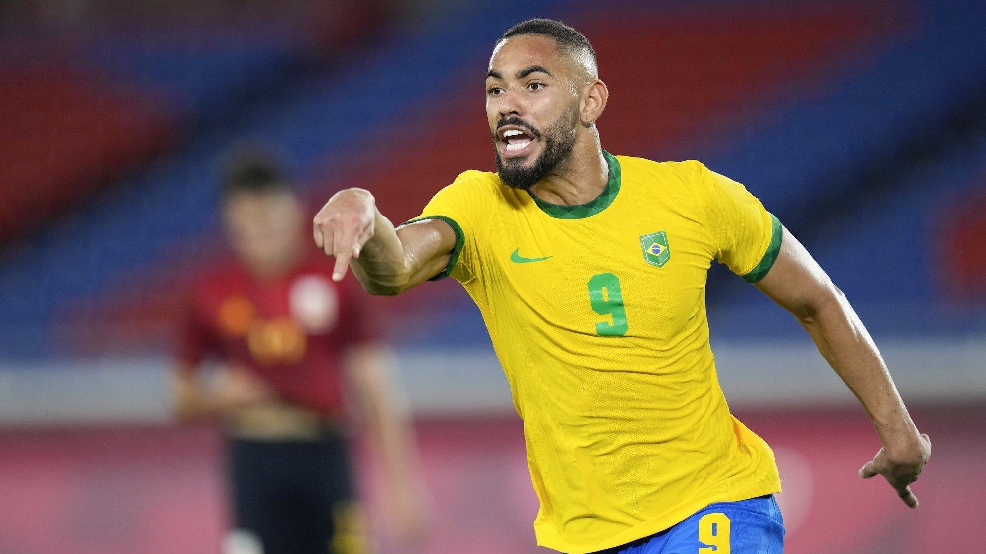 Matheus Cunha exulte après avoir marqué contre l'Espagne en finale du tournoi olympique.