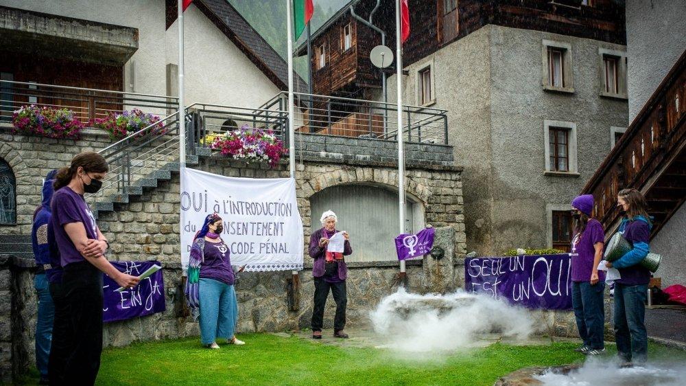 Les membres des collectifs féministes romands ont fait une incantation sur une place de Wiler demandant que la notion de consentement devienne l'élément central de la loi en matière de viol.