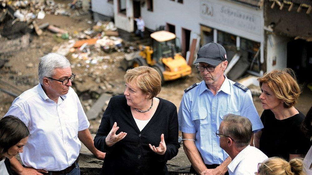 Angela Merkel s'est rendue dimanche dans le village de Schuld pour constater les dégâts des dernières intempéries.