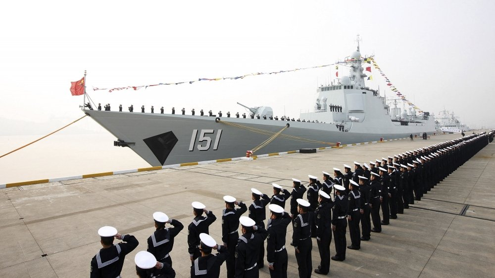 La firme de cybersécurité américaine FireEye estime que les moyens mis par les pirates sur les technologies navales visent «à soutenir l'ambitiondela Chine de créer une marine de haute mer». Photo: mise en service d'un nouveau destroyer en 2013, à Zhoushan, dans l'est de la Chine.