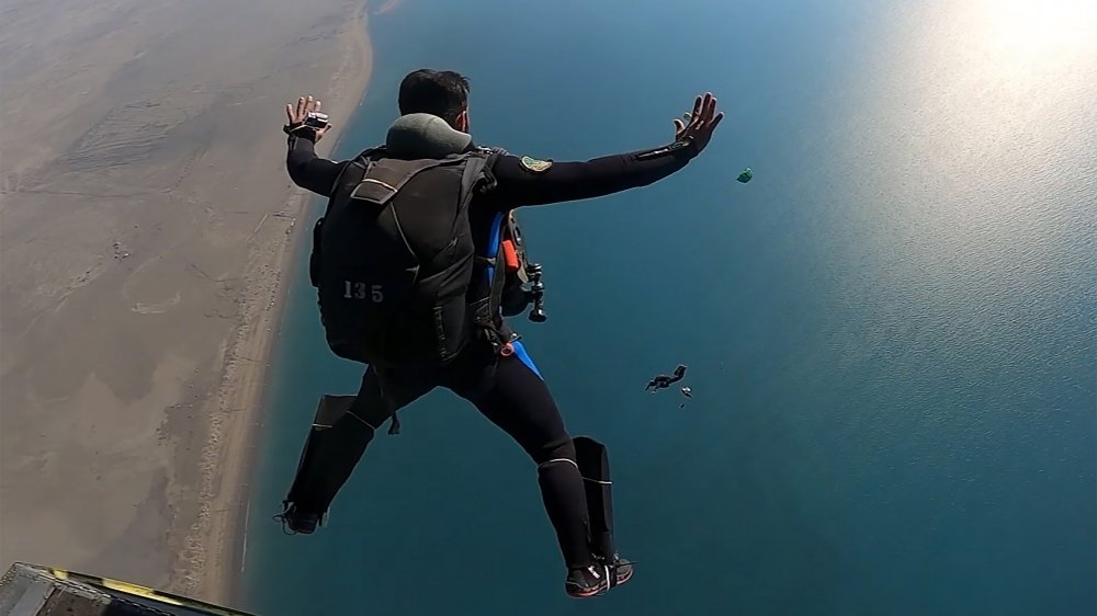 Cette photo distribuée par  le bureau de l'armée iranienne  montre un parachutiste de  l'armée iranienne lors d'un  exercice militaire sur la côte  de Makran, dans le golfe d'Oman,  le 19 janvier 2021.