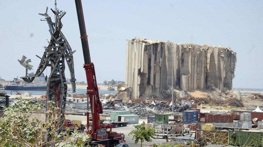 Devant les ruines des silos à grains éventrés par l'explosion le 4 août 2020, se dresse une sculpture de ferraille tordue, forme humaine tenant à bout de bras une colombe, construite par des manifestants antigouvernement.