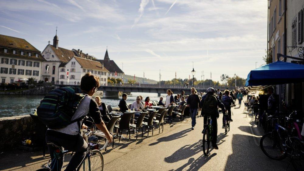 Les terrasses estivales installées le long du Landhausquai, sont prisées des habitants. La Vieille-Ville de Soleure est une zone piétonne, bipèdes et cyclistes y cohabitent pacifiquement.